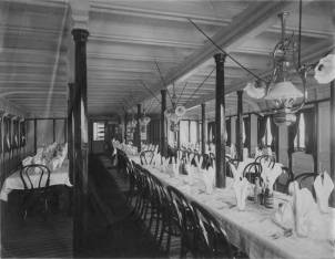 Dining_room_of_unidentified_ship_Washington_ca_1900
